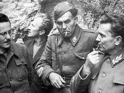 II.4-Edvard-Kardelj-a-sinistra-e-Jozip-Broz-Tito-a-destra-durante-la-Seconda-guerra-mondiale